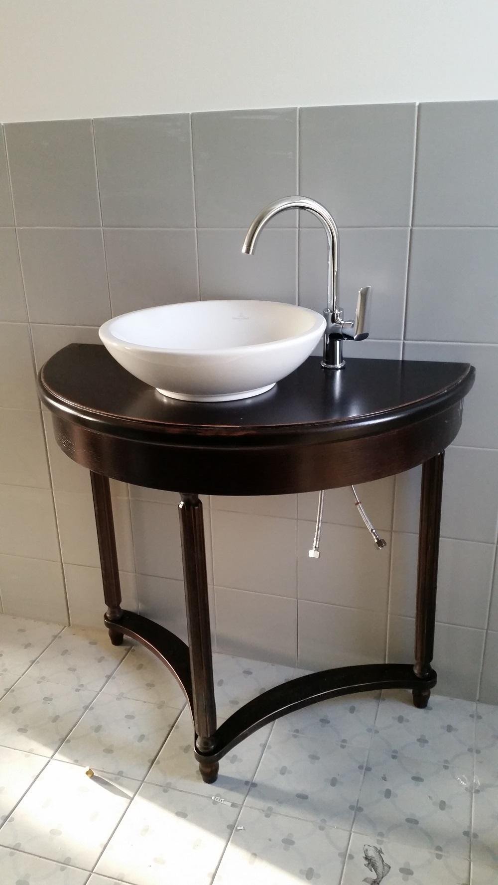 Vannasistabas galds