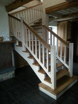 Oša kāpnes balinātas ar tumšiem pakāpieniem