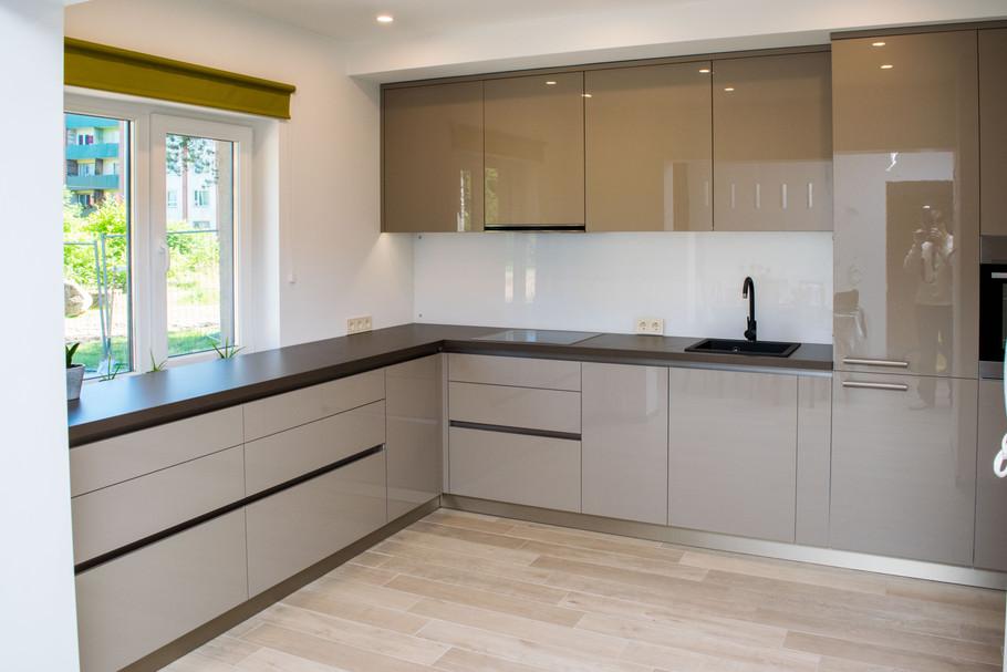 Akrila virtuve ar iebūvēto rokturi-līsti