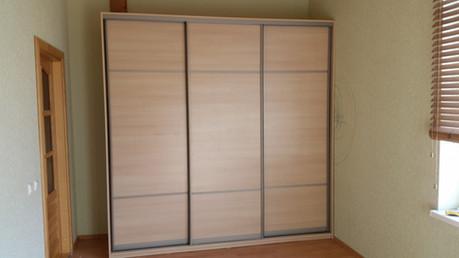 Lamināta skapis ar bīdāmām durvīm