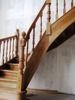 Oša kāpnes ar liektu pagriezienu