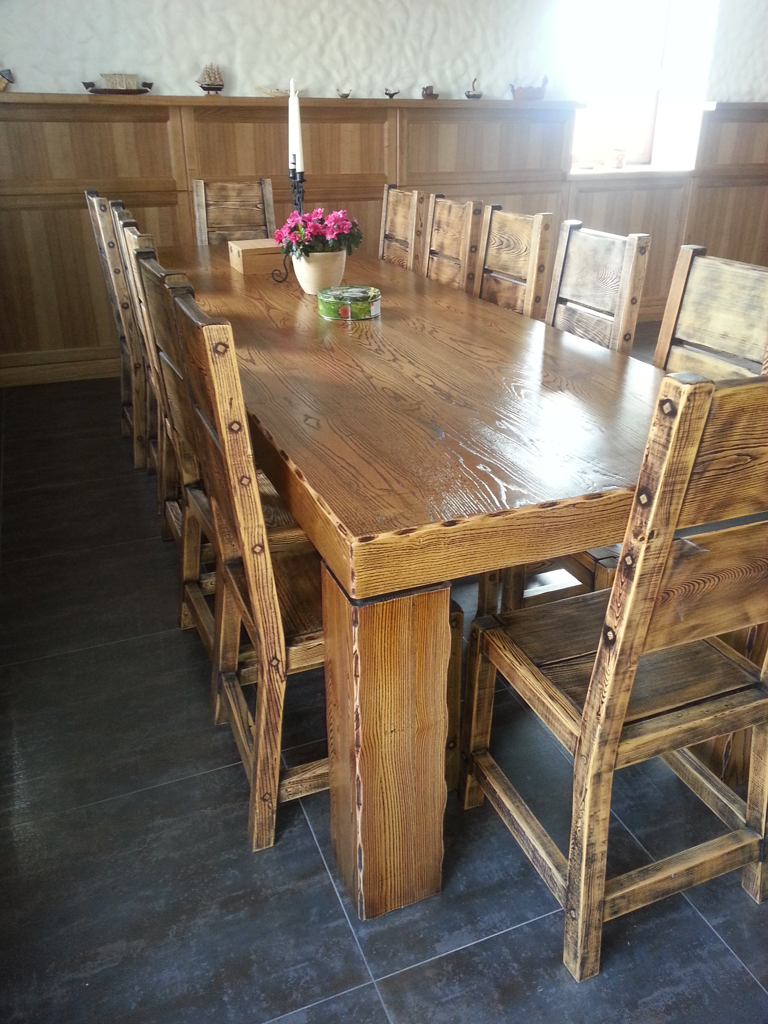 Vecināts oša galds