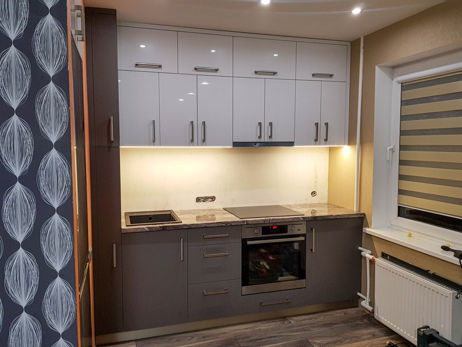 Matētā un glancētā akrila kombinācija mazā virtuvītē