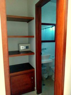 Closet y baño