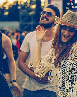 Menschen bei Konzert Tanzen