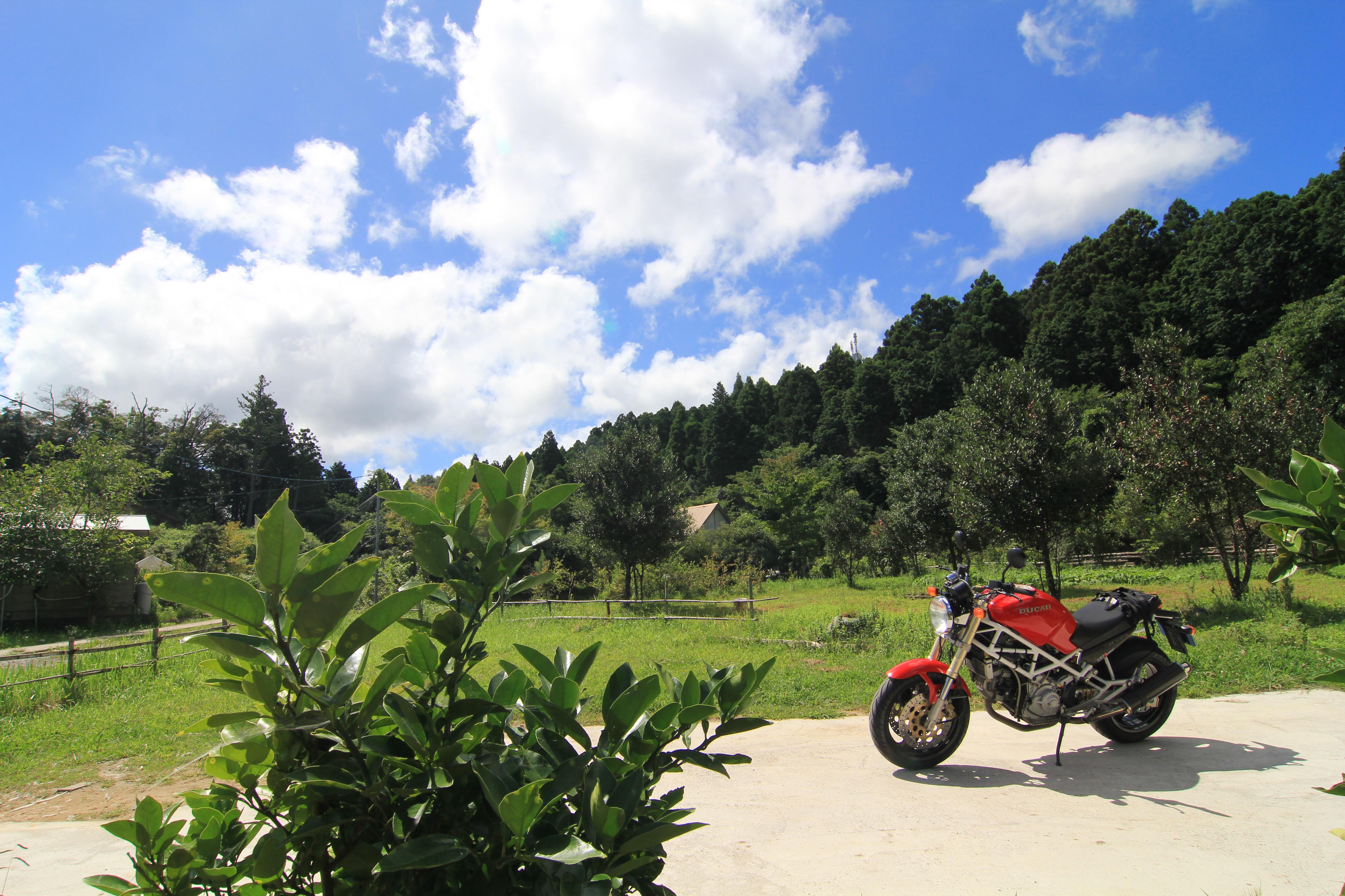 青い空と赤いバイク
