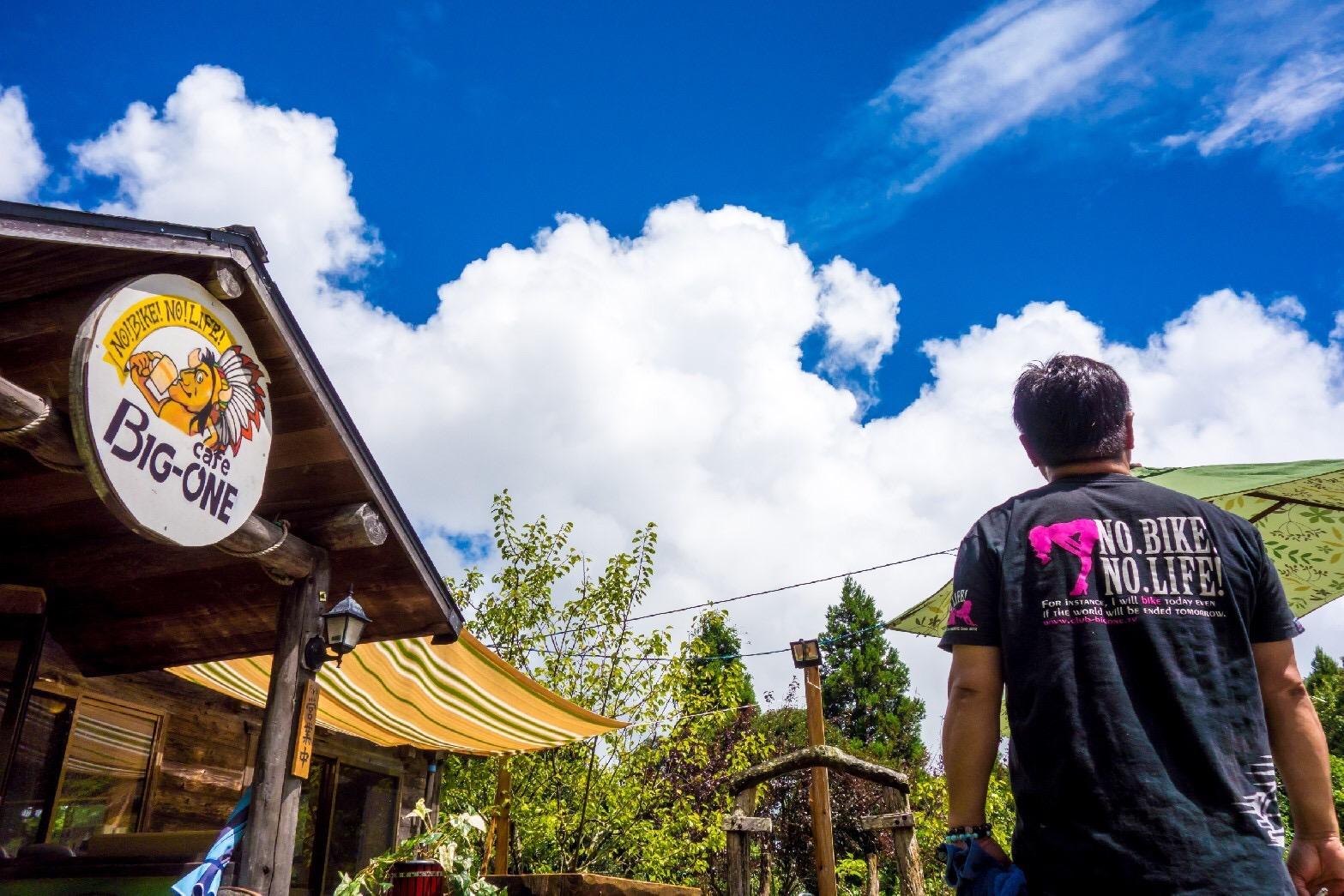 風の村の青い空