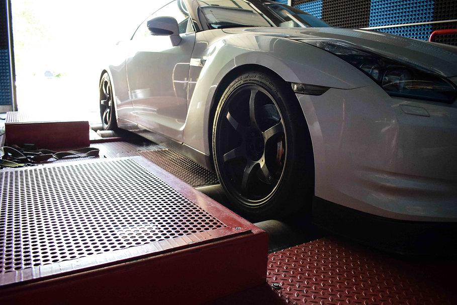 Banco prova rulli utilizzato per misurare la potenza di un'auto prima e dopo l'elaborazione.