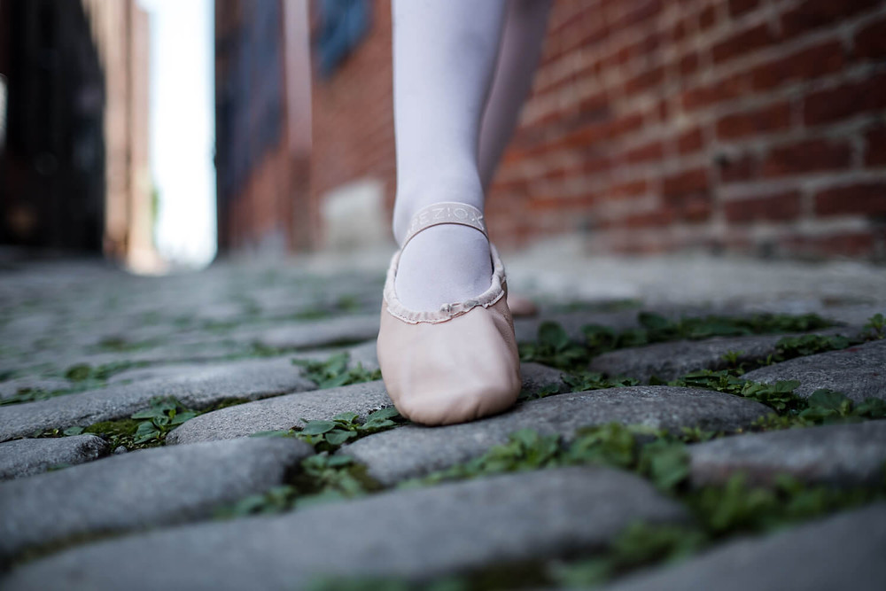pointe on cobbled stones
