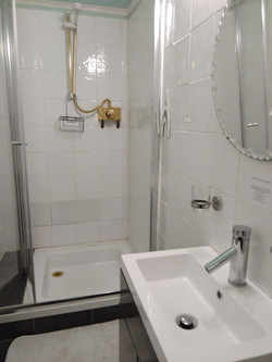 EN-SUITE SHOWER ROOM 4