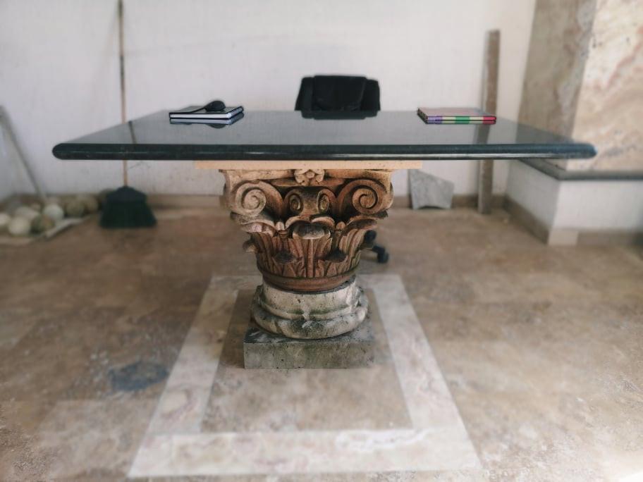 mesa con capitel.jpg