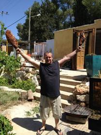 עופר עם בשר בחצר