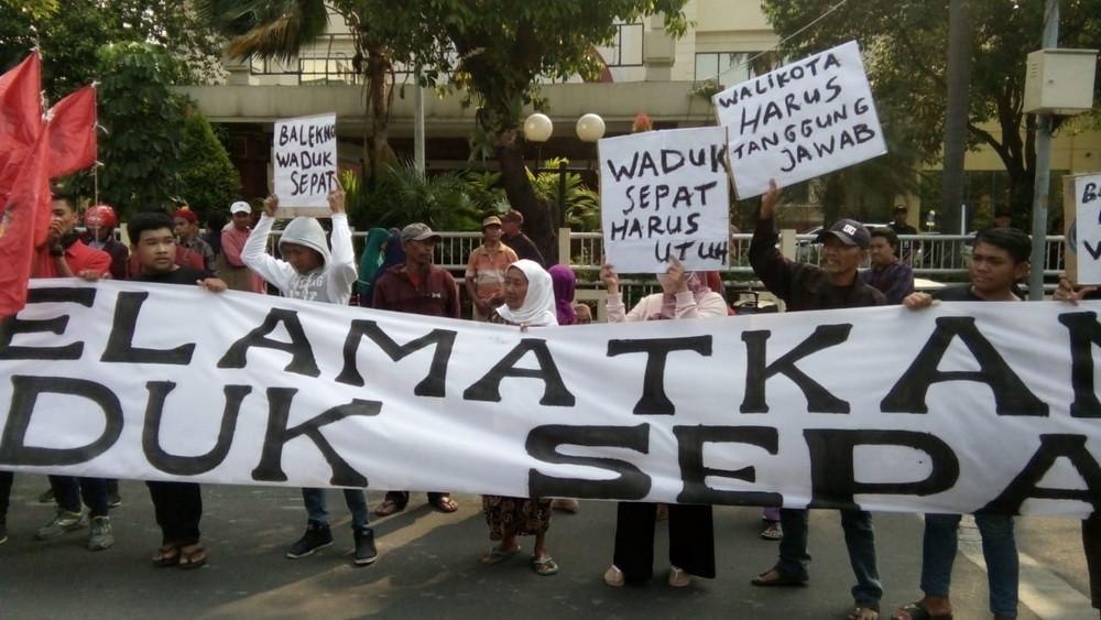 Foto: Warga Lidah Kulon Demo Tolak Ruislag Waduk Sepat
