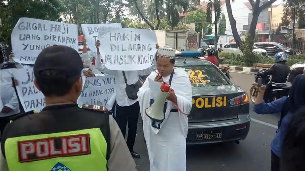 Puluan korban gagal haji, lakukan aksi Demo di PN Surabaya.