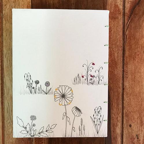 יומן בעבודת יד, איור של שדה פרחים בשילוב רקמה