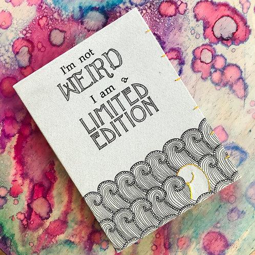 I'm not weird, I am a limited edition. יומן בכריכה קשה. ציטוט מעורר השראה עם איור זנטנגל ורקמה