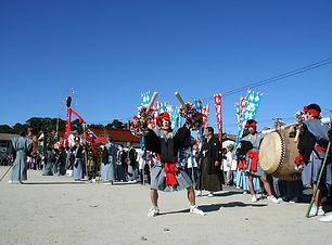 隠岐島後三大祭の一つである隠岐武良祭風流、化粧した若者がヘンヨーの囃で大太鼓を打つ