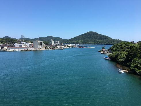 島根県隠岐の島。青い空と青い海。金峯山を背景に、西郷港とその周辺に広がる町並みを一望。