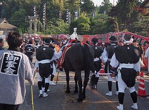 隠岐島後三大祭の一つである御霊会風流、祭り装束に身を包んだ人々が馬の手綱を握る後ろ姿