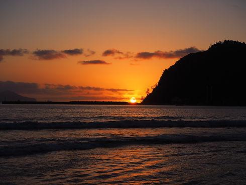 島根県隠岐の島。真っ赤な太陽が海に沈む。津戸港で夕日を眺めながら過ごす時間。