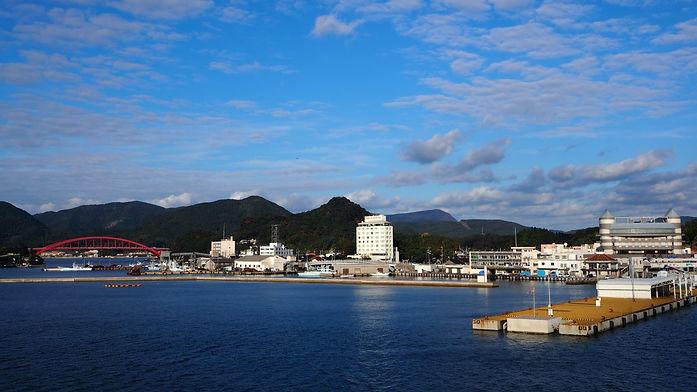 隠岐の島の玄関口である西郷港を一望、左手には赤色の西郷大橋