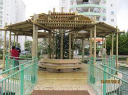 פרגולה בפארק ציבורי+ דק