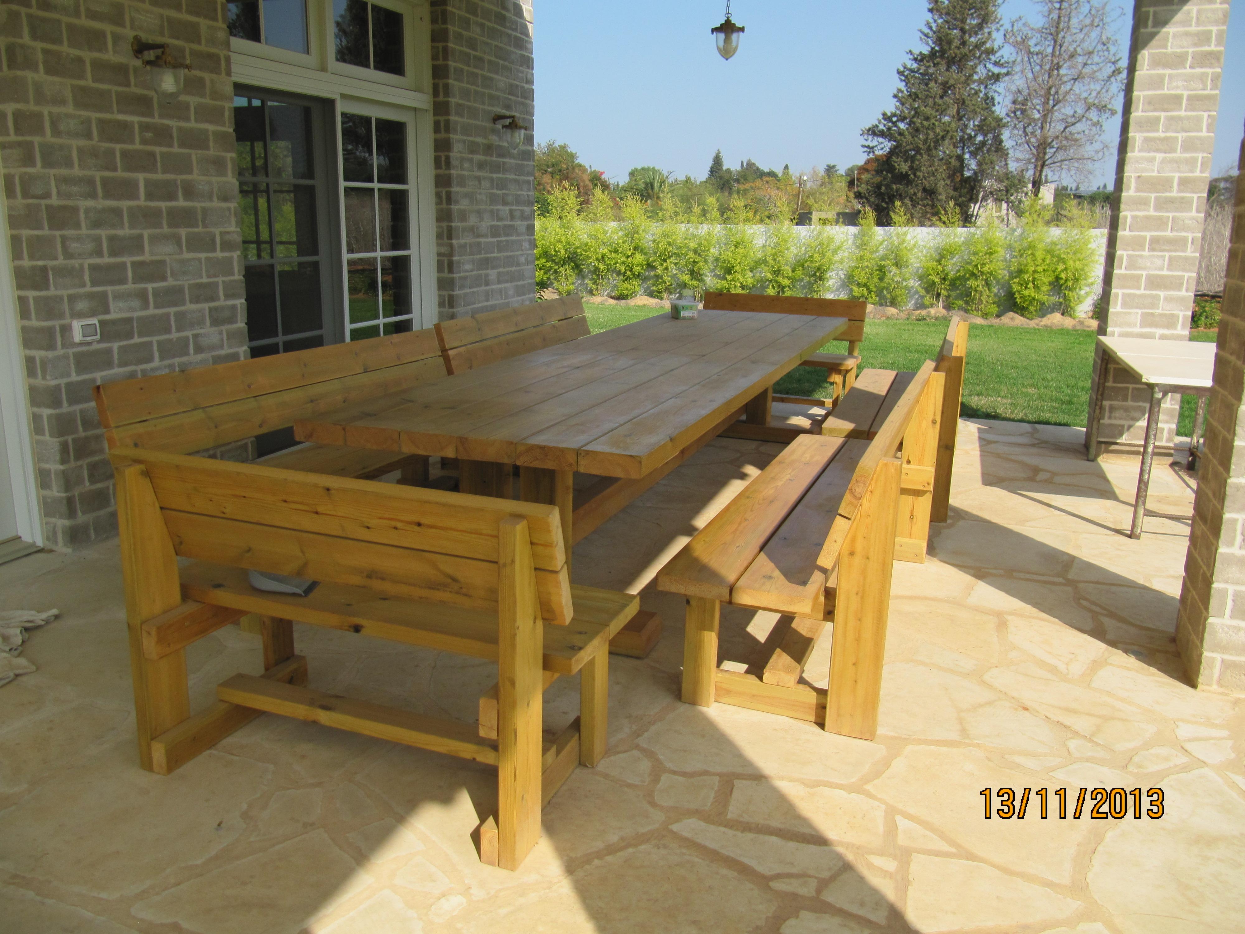 שולחן וספסלים תואמים