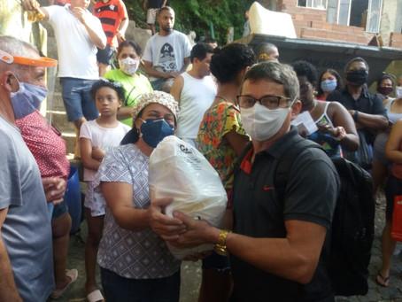 Frades e voluntários comemoram dia da caridade com uma ação solidária junto aos mais pobres