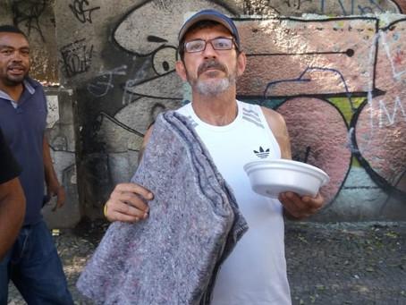 Frades e voluntários distribuíram 10 mil cobertores aos moradores do Centro do Rio