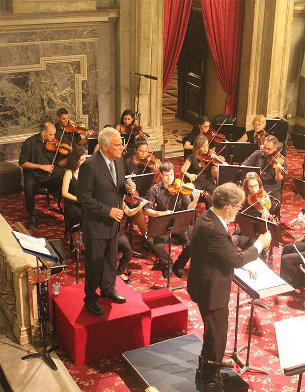 """Danilo Caymmi canta """"Andança"""" no Concerto de Natal da Candelária"""