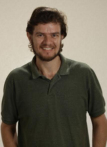 Autor do site Rodrigo José pousando para foto
