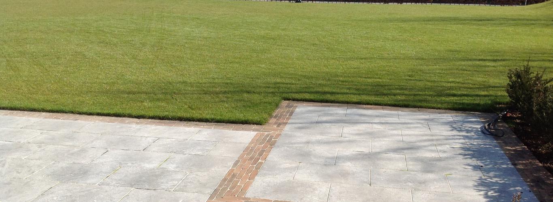 Blauwe harsteen terras omzoomd met kleiklinkerband