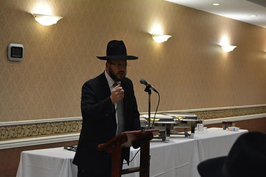 Rabbi Brudny addressing the misayemim