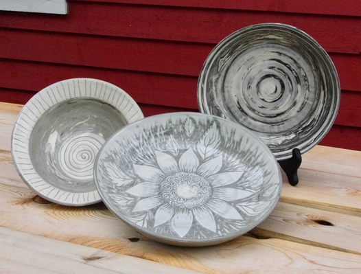 White sgraffito bowls on marbled clay