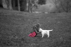 Robe rouge et chien blanc