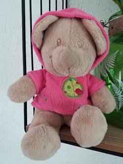 Doudou brun avec pull à capuche rose