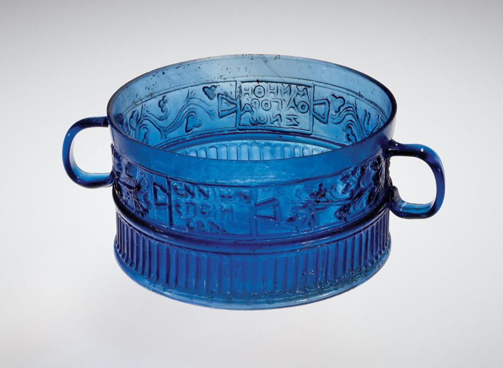 "Copa romana fabricada por Ennion en el siglo I d.C., firmada con ""Ennion hizo esto"" (ENNIωN EПOIEI)"