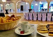 Pause café sur le bar dans la Salle Grand Siècle au Moulin de Lanrodec