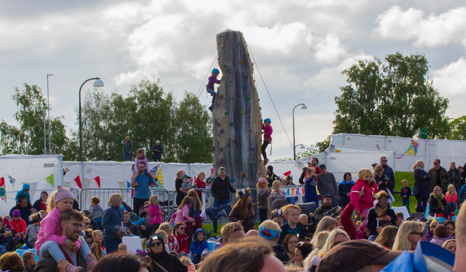 Klatretårn fra Høyt og Lavt og publikum