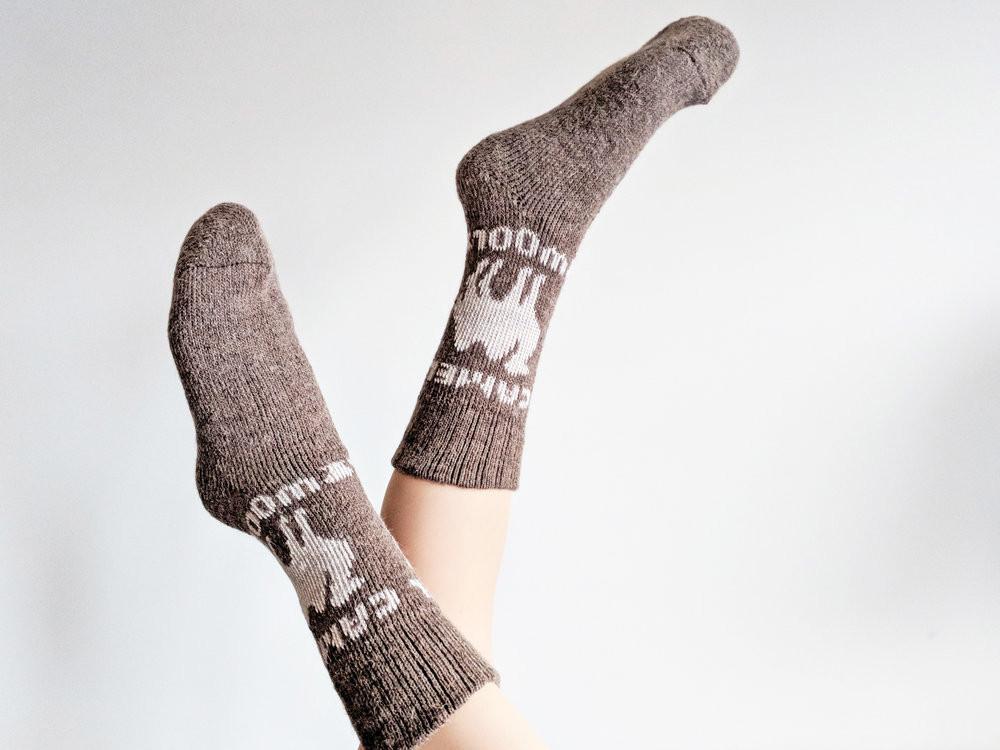 Показаны Носки из верблюжьей шерсти с рисунком «Верблюд» - Фото: The Sock Review