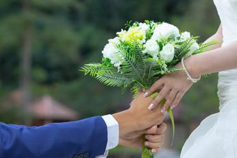 bouquet-hands-bride.jpg