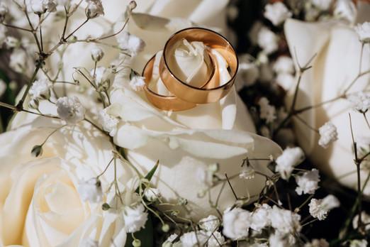 golden-wedding-rings-white-rose-from-wed
