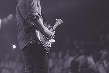 Les mains sur la guitare