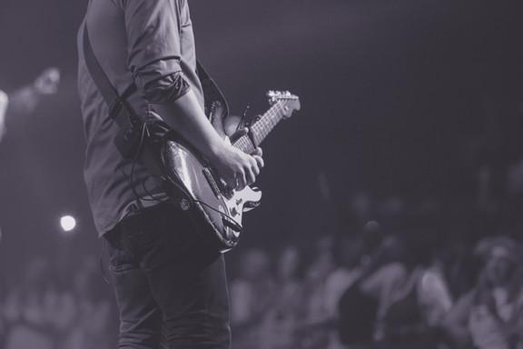 Handen op de gitaar