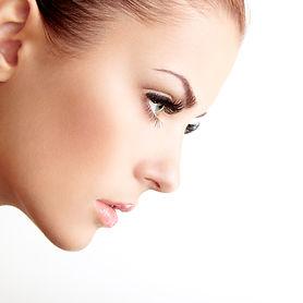 Kvinna med långa ögonfransar