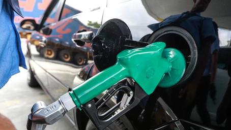 Ações da Petrobras sobem 6% com o anúncio do reajuste do combustível.