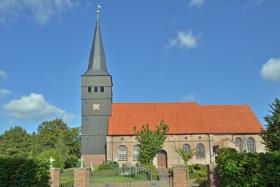 Heiraten in der Kirche in Haselau direkt neben der Gaststätte