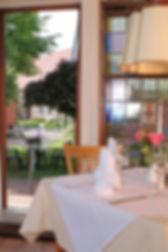 Blick vom Restaurant auf die Kiche in Haselau