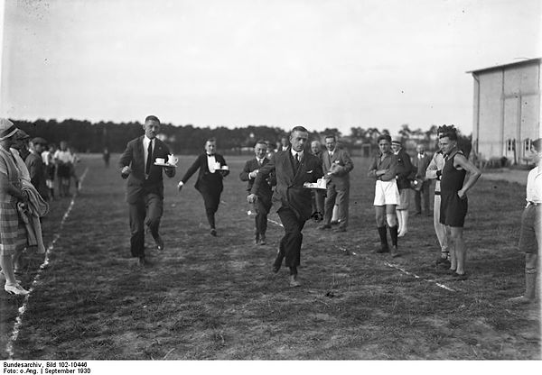 Bundesarchiv_Bild_102-10446,_Kellner-Wet