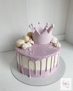 Pretty drip cake fit for a queen 👑 Vani